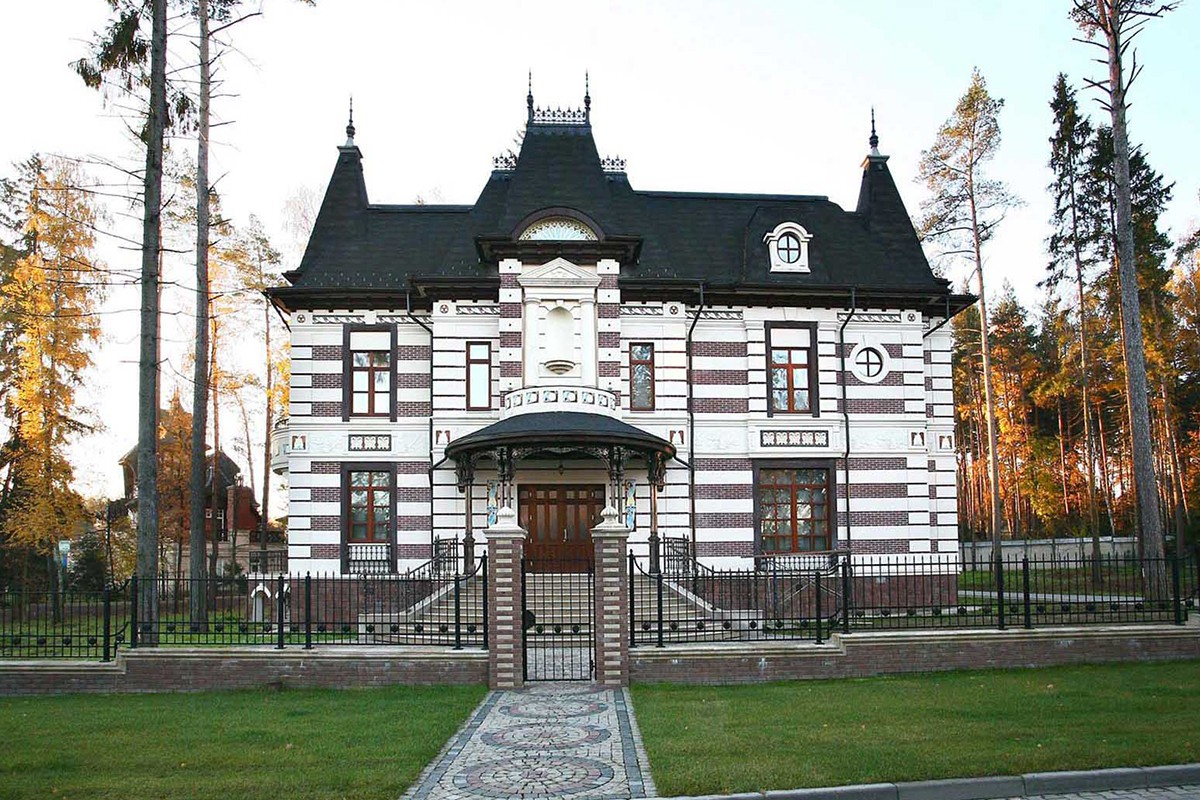 Дом Таленс в поселке Довиль, вид с главного входа