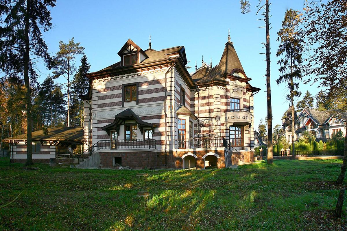 Дом Таленс в поселке Довиль на Минском шоссе, вид с черного хода