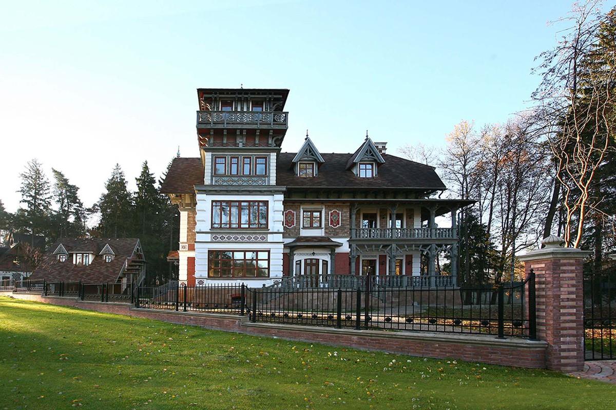 Дом Тамуа в поселке Довиль, вид со стороны башни