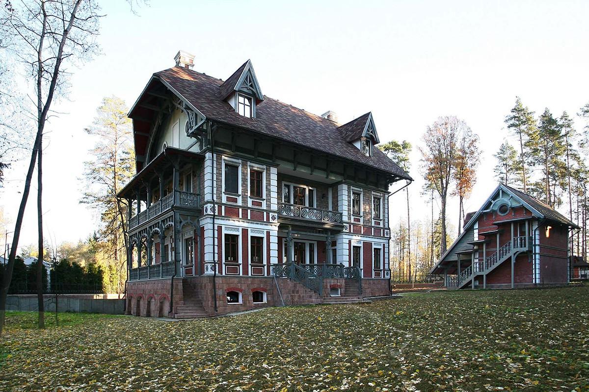 Дом Тамуа в коттеджном поселке Довиль, вид со двора