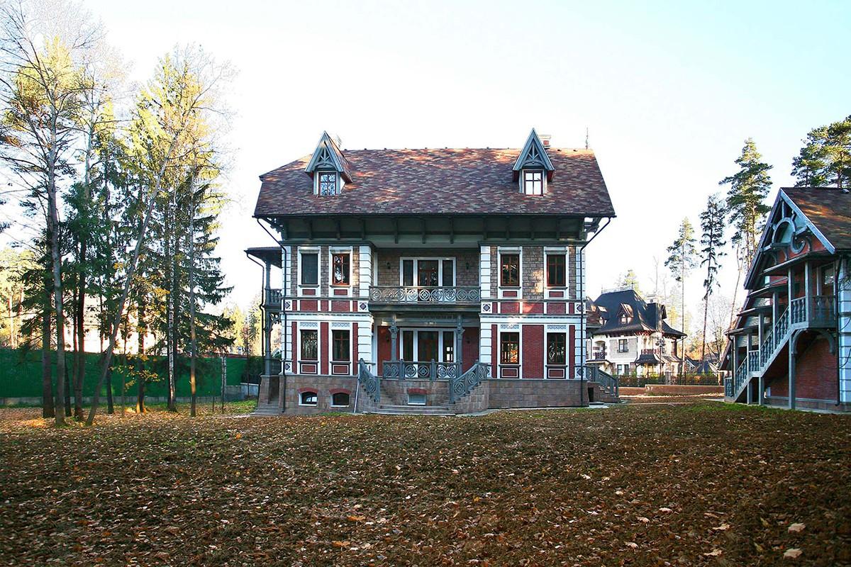 Дом Тамуа в КП Довиль, фронтальный вид со двора