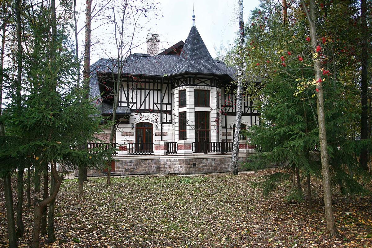 Гараж дома Сан Жерма в КП Довиль, вид со двора