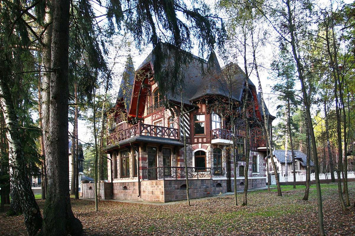 Дом Триер в КП Довиль, вид сбоку