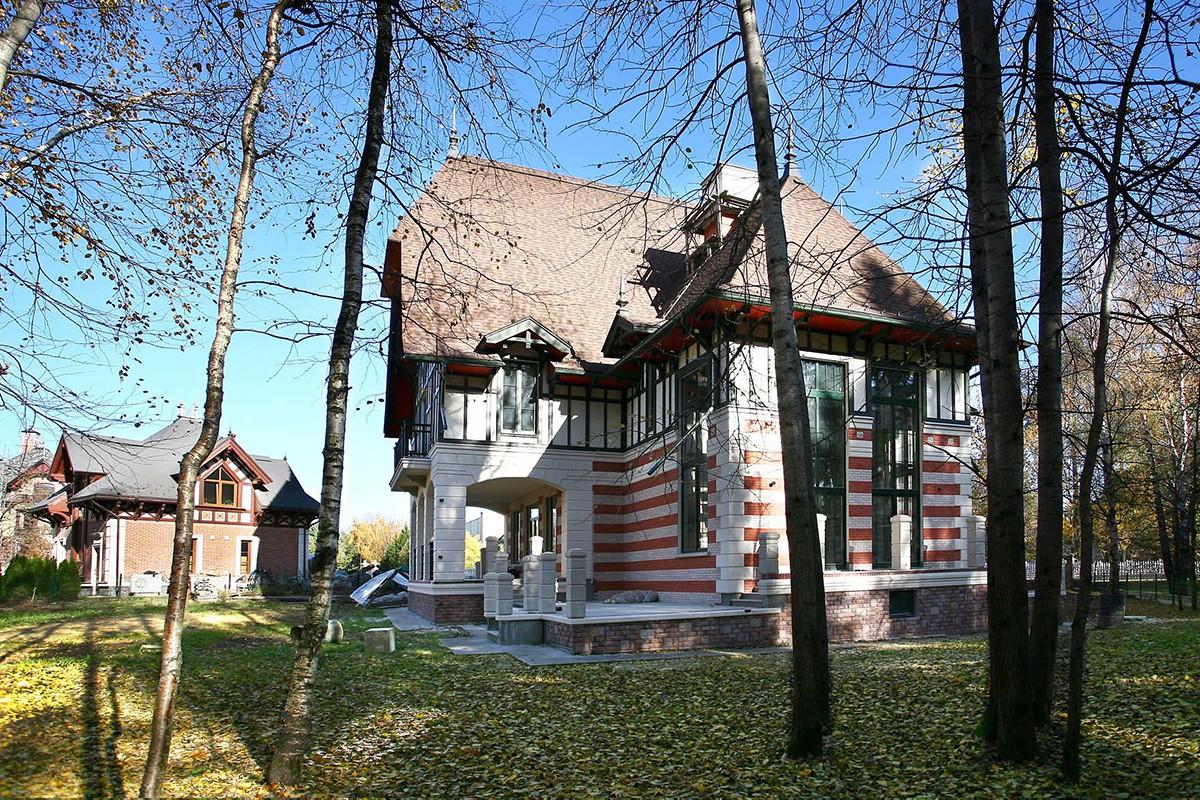Дом 232 в поселке Довиль на Минском шоссе, вид сбоку