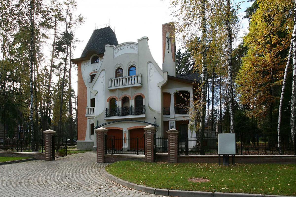 Дом Аверон № 422 в поселке Довиль, вид с главного входа