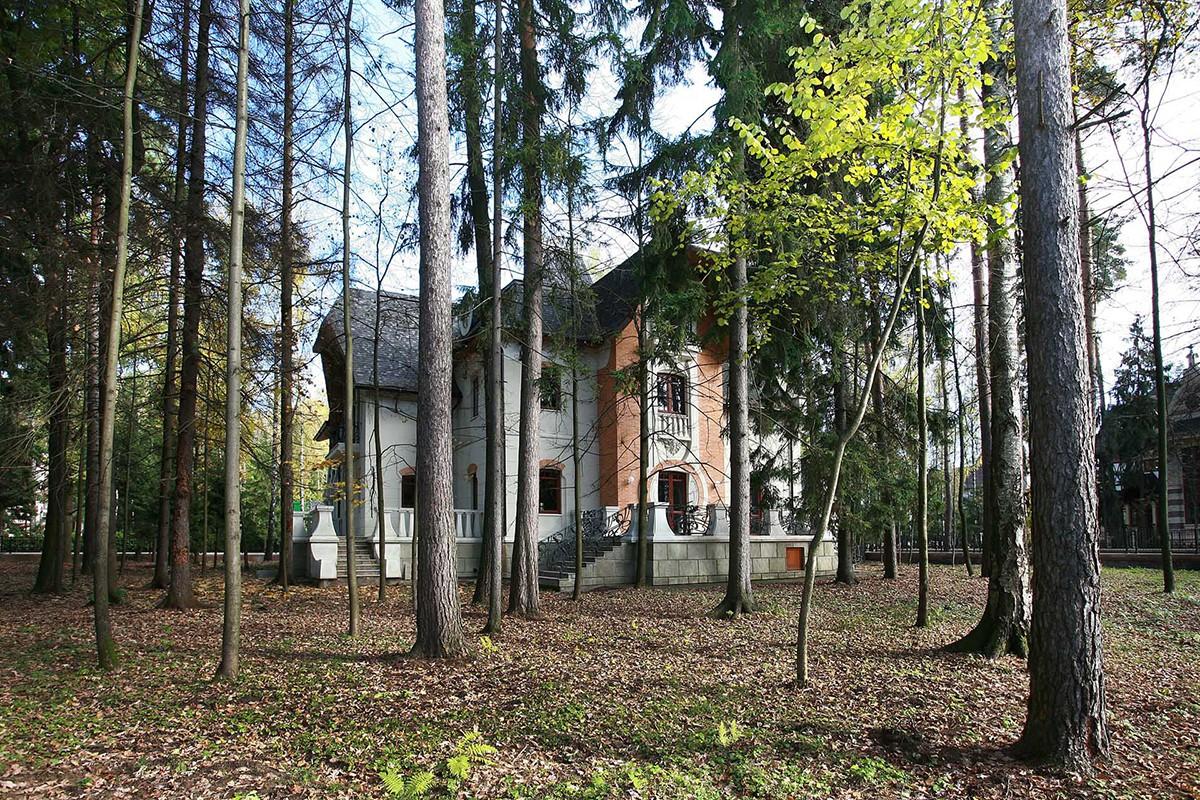 Дом Аверон в поселке Довиль, с внутреннего двора