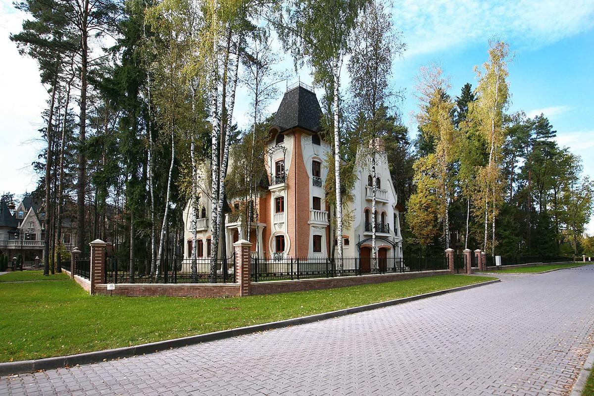 Дом Аверон 422 в поселке Довиль на Минском шоссе, вид сбоку