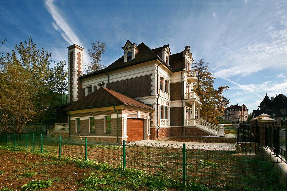 Дом 447 в поселке Довиль, вид сбоку