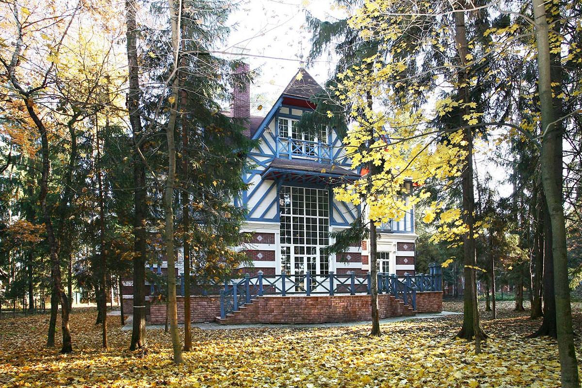 Дом Монпелье в поселке Довиль, вид с участка