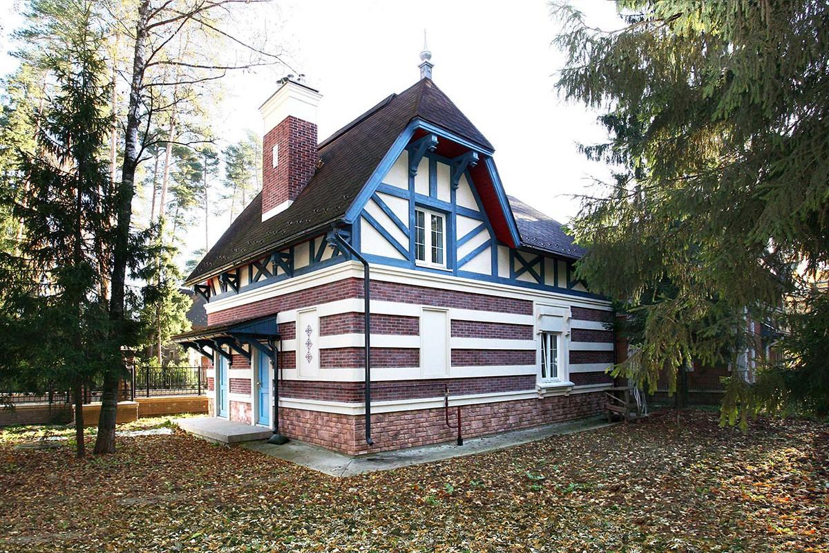 Гараж дома 115 в поселке Довиль, вид с участка