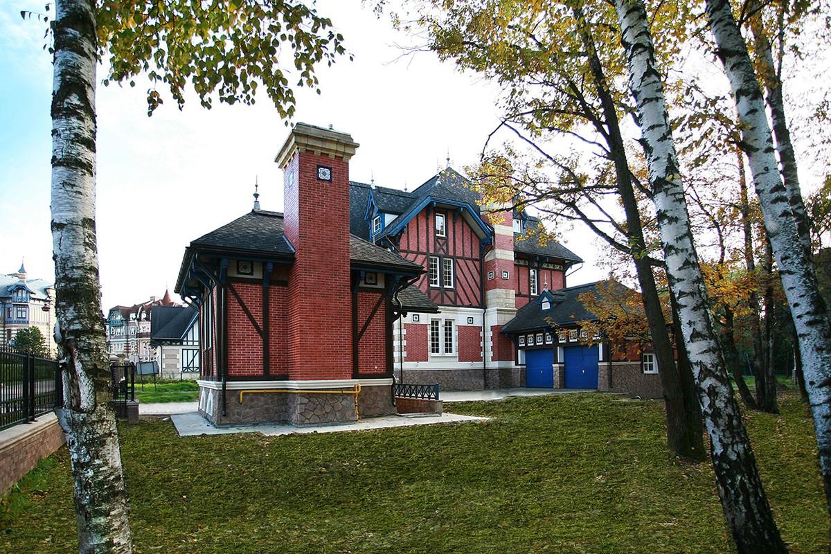 Домик охраны и хозяйский дом домовладения 409 в поселке Довиль