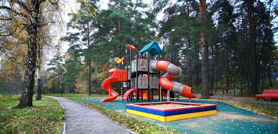 Детская площадка в поселке Довиль