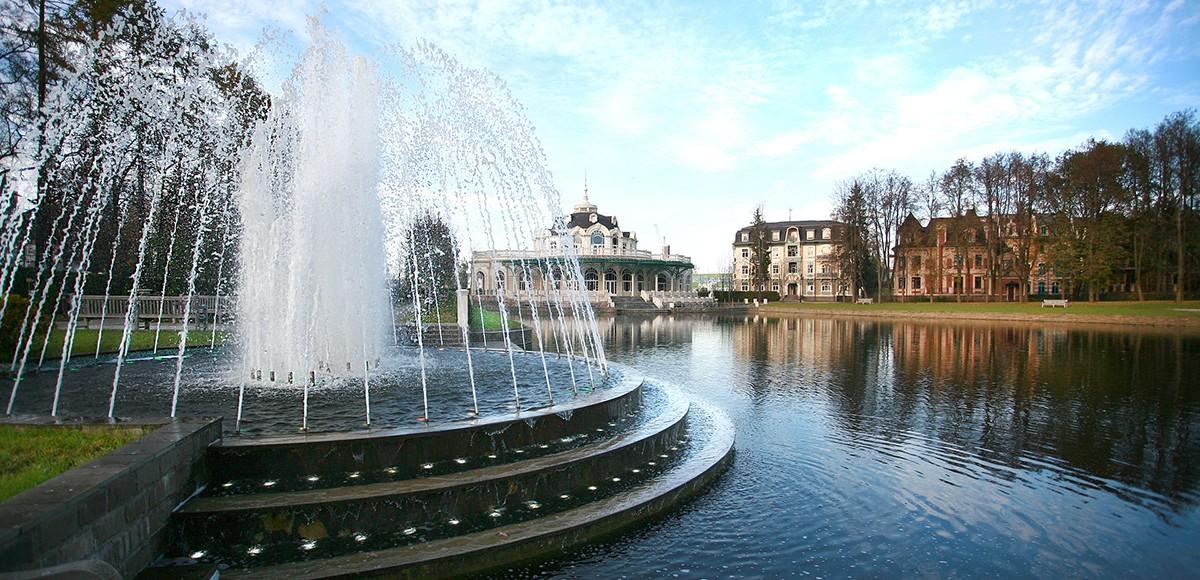 Вид на фонтаны и ресторан Вилла Ротонда, КП Довиль