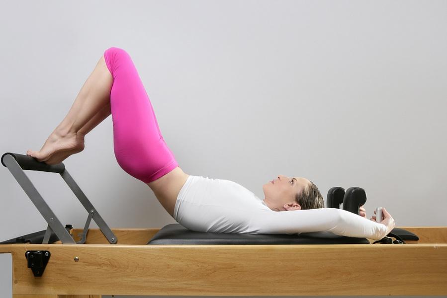 Инструктор показывает упражнения в школе Пилатеса