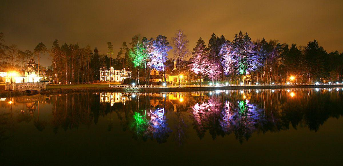 Берег озера с подсветкой в КП Довиль