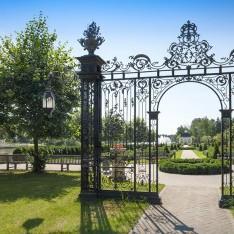 Вход в парк поселка Довиль