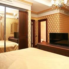 Королевская кровать и встроенный телевизор в спальне №2