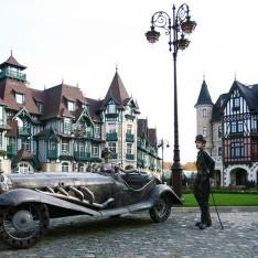 """Скульптура """"Чарли Чаплин и прекрасная леди"""" на главной площади Довиля"""