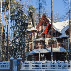 Дом в лучах солнца, зима, поселок Довиль