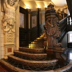 Лестница на 2 этаж в доме 420 в поселке Довиль