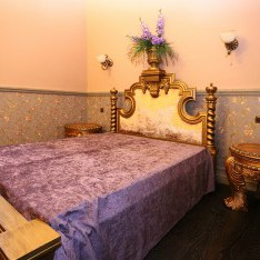 Спальня на мансарде в доме 420 в поселке Довиль