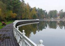 Изгиб береговой линии озера в пос. Довиль